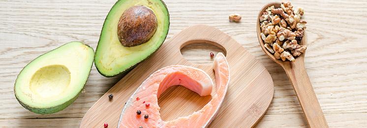 אומגה 3 נמצא בעיקר בדגי ים צפוניים, דוגמת סלמון או טונה, וגם במזון מן הצומח, דוגמת אמרנט, זרעי פשתן, עלי ריג'לה, או זרעי צ'יה.