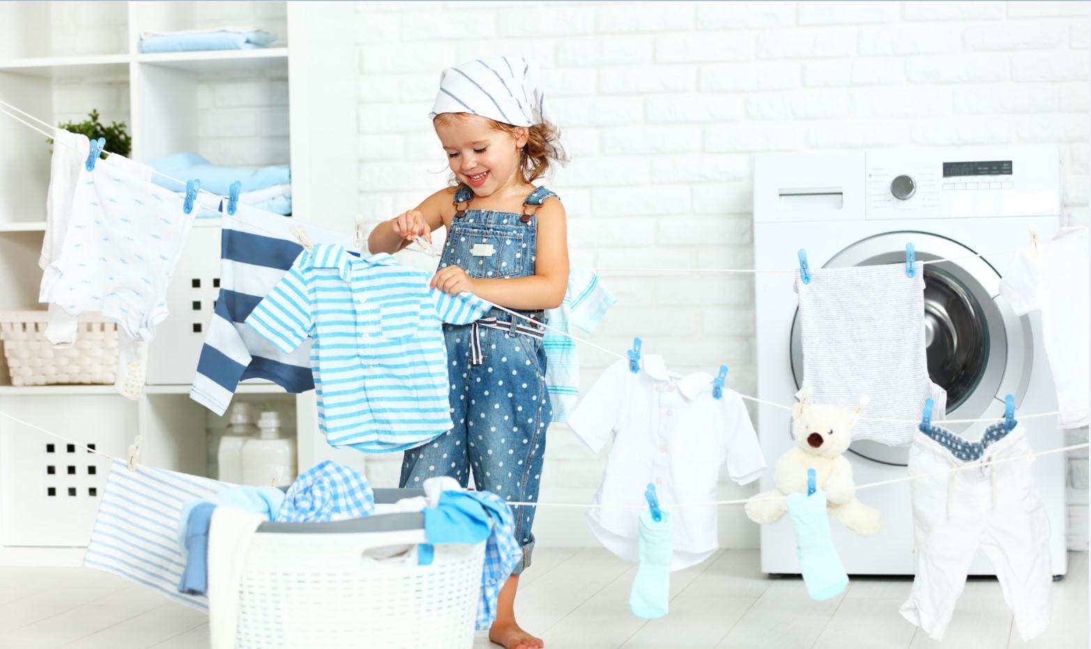 ילדה תולה כביסה