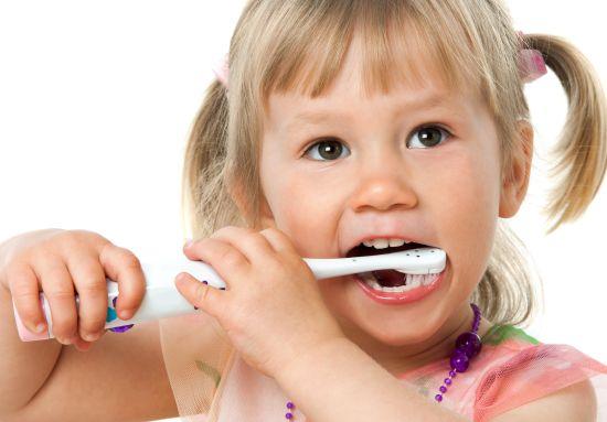 ילדה מצחצחת שיניים