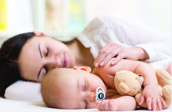 אמא ותינוק ישנים, התינוק עם מוצץ בפה ודובי ביד