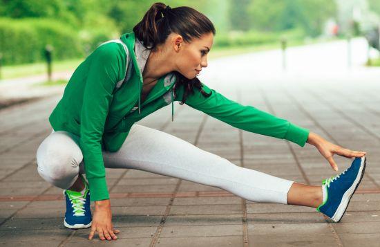 בחורה נמתחת לפני פעילות גופנית