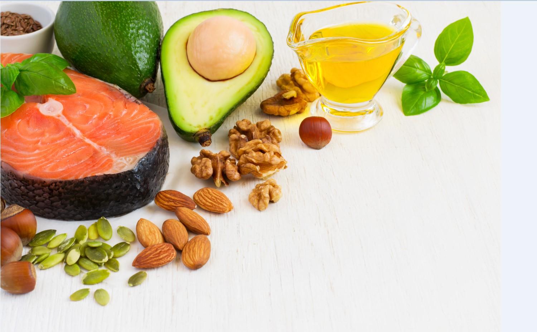 אומגה 3 היא קבוצה של חומצות שומן חיוניות, שגוף האדם אינו מייצר בעצמו – ולכן, אנו מקבלים אותן באמצעות תזונה. בתמונה אבוקדו, סלמון, שקדים, אגוזים ועוד