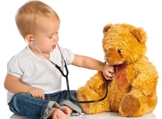 ילד בודק דובי