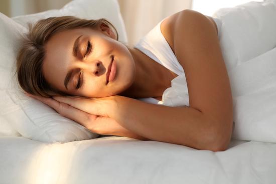 בזמן שאתם ישנים. בחורה ישנה במיטה