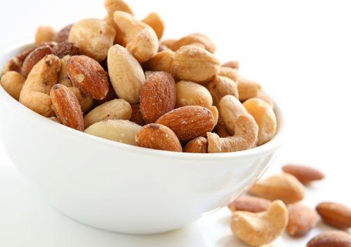 אגוזים ושקדים: עשירים בחלבונים