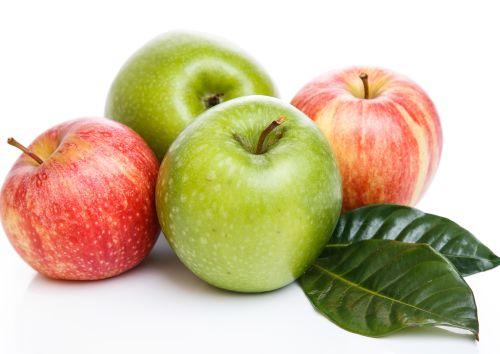 תפוחי עץ בטעמים שונים. תפוח עץ כארוחת ביניים הוא נשנוש אידיאלי,