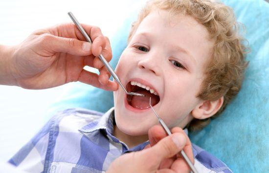 ילד אצל רופא שיניים