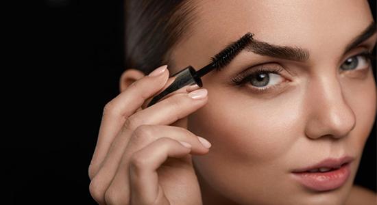השלב הראשון בטיפול בגבות במהלך האיפור הוא הסירוק.