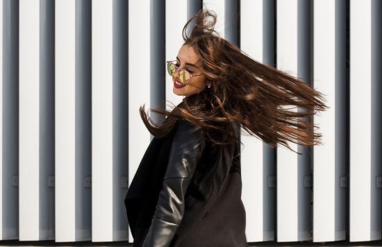 בחורה מתגאה בשיער שלה
