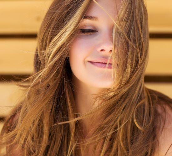 אישה עם שיער מסודר