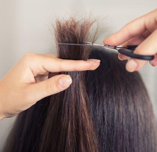 אישה גוזרת לעצמה את השיער