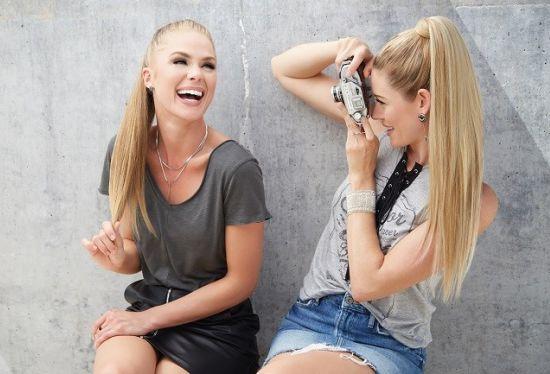 אישה מצלמת את חברתה עם תוספות שיער HAIRDO
