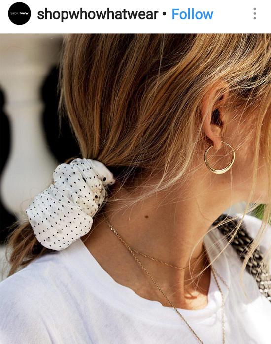 אישה עם תסרוקת קוקו אסוף