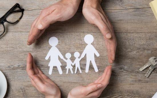 ידיים שומרות על משפחה