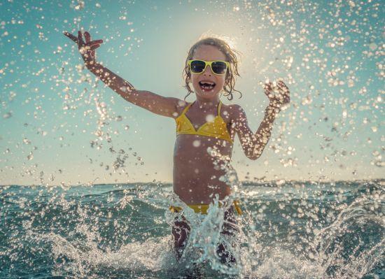 ילדה משחקת בים