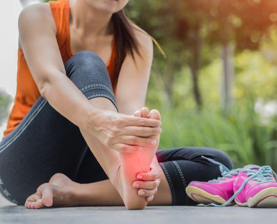 אישה עם רגליים כואבות