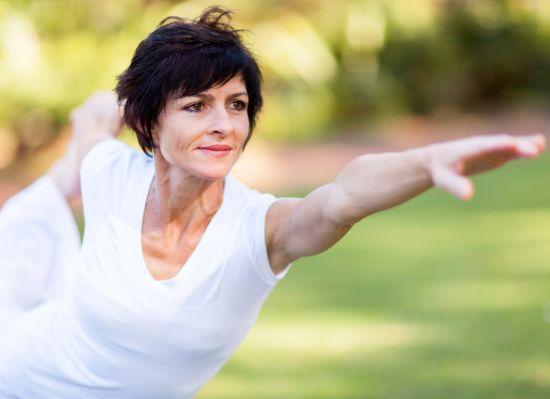 אישה מבצעת פעילות גופנית