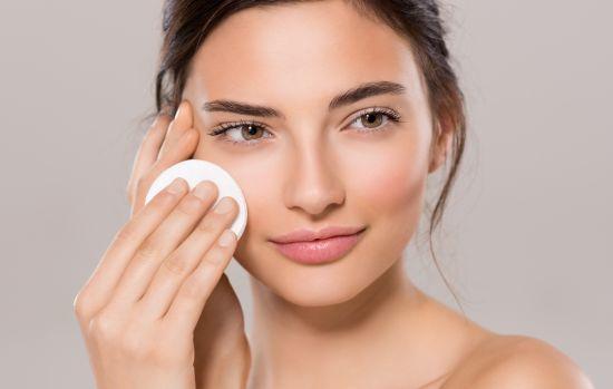 אישה מנקה את הפנים