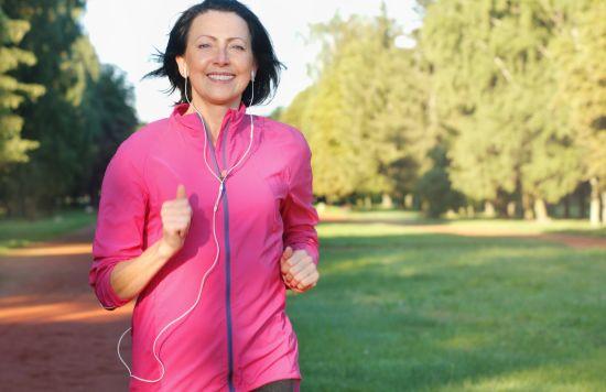 אישה בגיל המעבר בהליכה