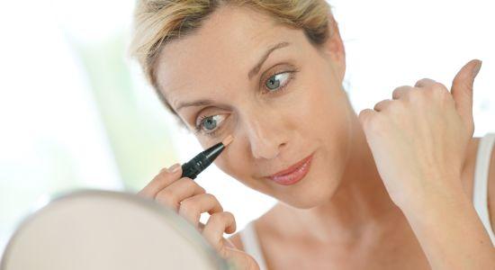 הקונסילר נועד לטשטש כהויות, אדמומיות ופיגמנטציה, בעיקר מתחת לעיניים אבל גם באזורים אחרים בפנים – למשל בסנטר או בצדי האף.