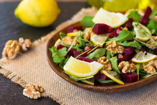 טעים לשמור על השיער - סלט שיש בו עלים ירוקים, אגוזי מלך והרבה לימון,
