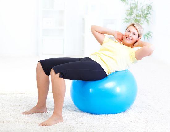 אישה יושבת על כדור