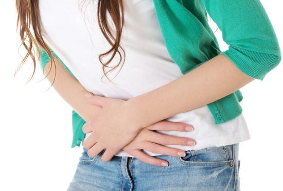 אישה שמה את הידיים על הבטן