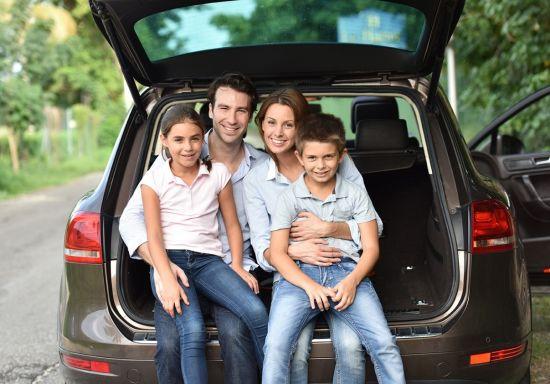 משפחה בתוך רכב
