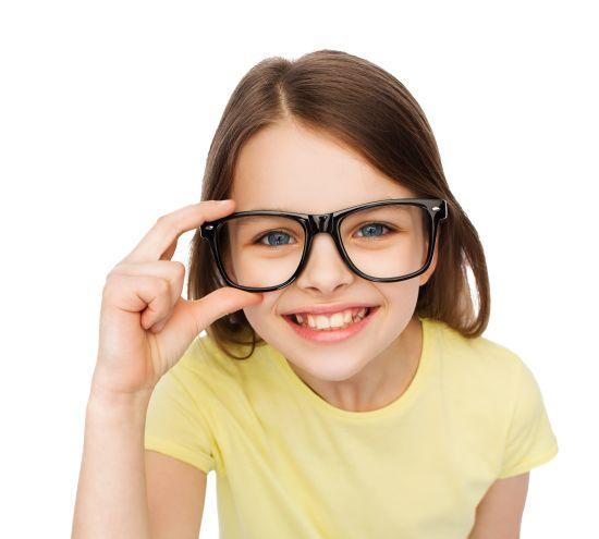 ילדה עם משקפי ראייה
