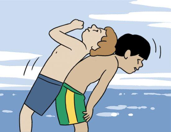 2 ילדים מנסים למרוח אחד על השני קרם הגנה
