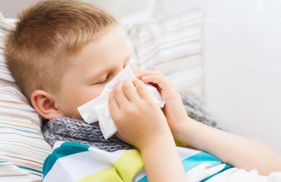 ילד מקנח את האף