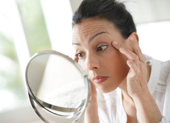 אישה מסתכלת על עצמה במראה