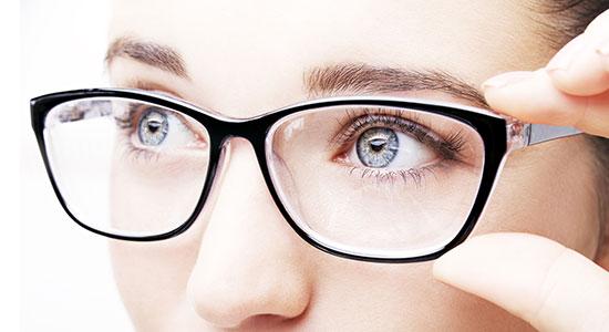 משקפיים הם למעשה דרך נוספת לשמור עלינו מפני הוירוס, כיוון שהם מהווים שכבת הגנה נוספת