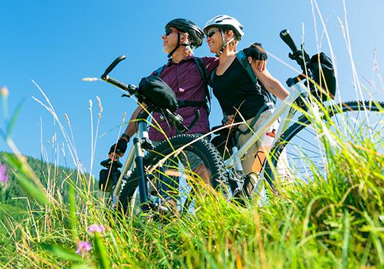 גבר ואישה בטבע עם אופניים