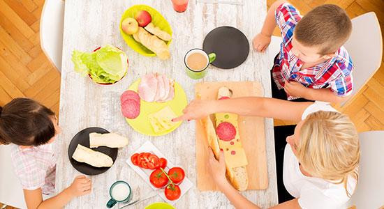 כדאי להקדיש את הזמן לאכילה משותפת סביב השולחן. מחקרים מוכיחים שילדים שהשתתפו בארוחות משפחתיות נטו להיות מדורגים גבוה יותר במדד האושר.