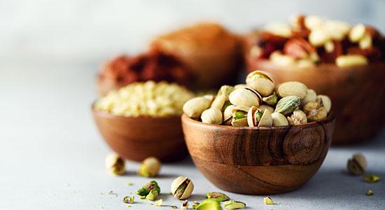 כדאי להוסיף לתזונה שמנים חיוניים כמו אגוזים.