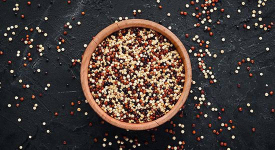 בקינואה יש כמות נכבדת של סיבים תזונתיים והיא עשירה במינרלים וויטמינים
