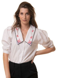 ביאנקה Brooklyn, חולצה לבנה רומנטית עם רקמה ורודה עדינה בצוארון